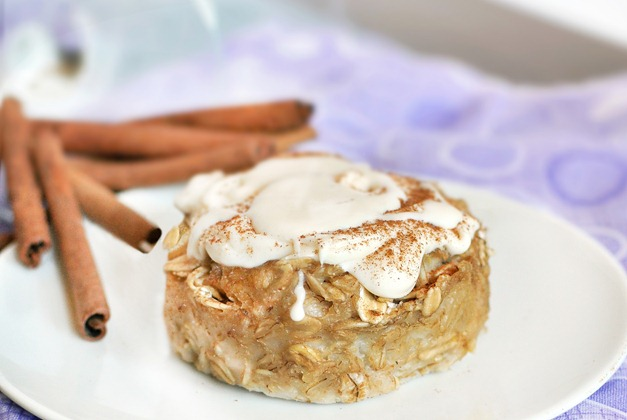 CINNAMON ROLL BAKED OATMEAL - Full recipe: https://chocolatecoveredkatie.com/2011/09/09/cinnamon-roll-baked-oatmeal/
