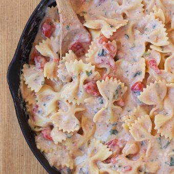 Creamy Spinach Tomato Pasta – Ready In 25 Minutes!