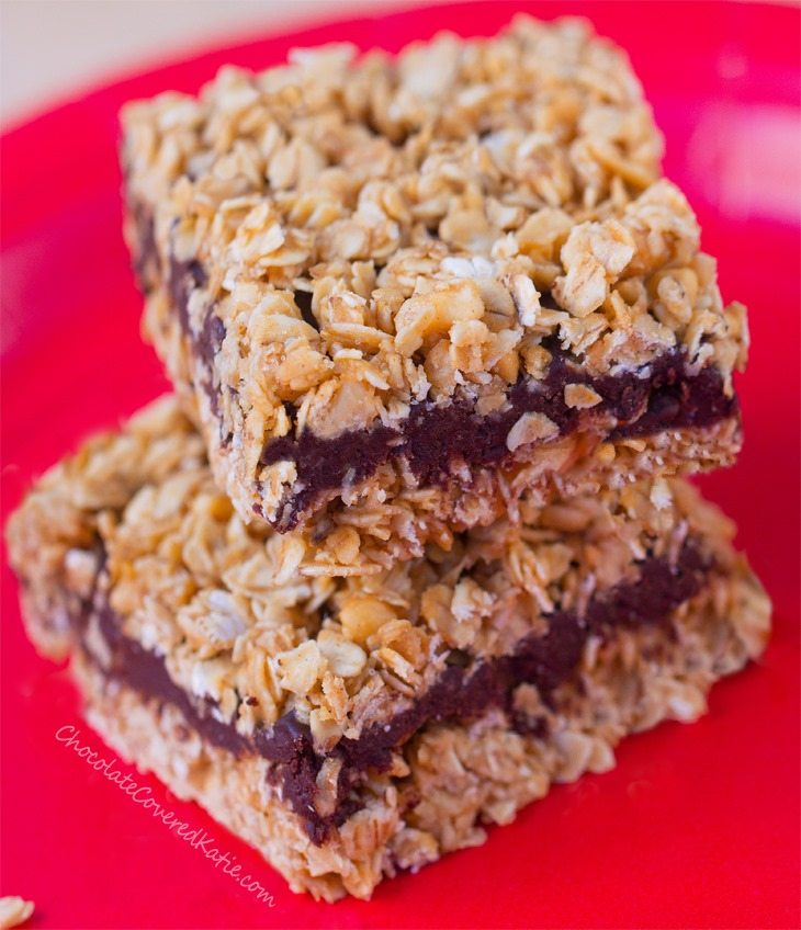 Deliciously good-for-you snack bars, with a chewy oatmeal crumble and smooth chocolate fudge @coccoveredkt