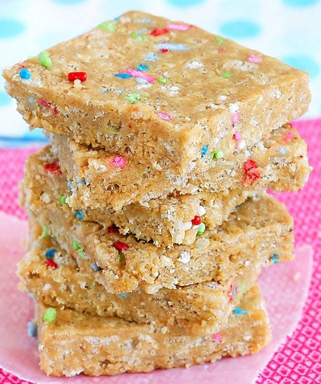 Cake Batter Energy Bars - Just 6 ingredients, kid-friendly healthy snack bars that can be vegan & gluten free. Recipe from @choccoveredkt