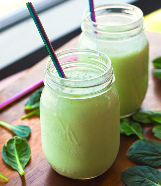 Veganistische groene smoothies (ananas of banaan)