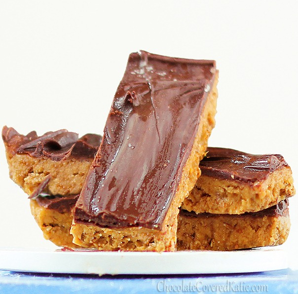 People have left comments proposing marriage to these candy bars... That's how good they are!... from @choccoveredkt... Full recipe: https://chocolatecoveredkatie.com/2012/10/18/healthy-butterfingers/