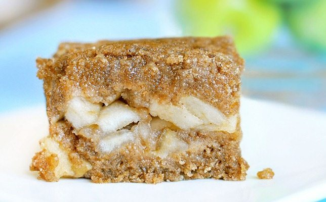 Apple Crumble Bars - These bars were SO GOOD... Sweet apple filling, buttery crust, and they're really easy to make... http://chocolatecoveredkatie.com/2011/10/30/hot-apple-crumble-bars/ @choccoveredkt