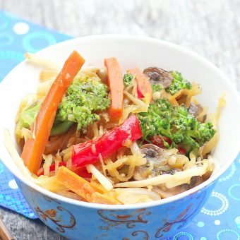 Spaghetti Squash Lo Mein - A low calorie & healthier alternative - from @choccoveredkt - quick & easy weeknight meal: https://chocolatecoveredkatie.com/2012/06/05/spaghetti-squash-lo-mein/